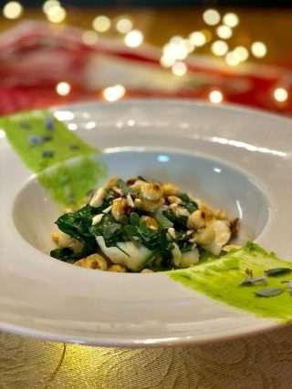 Coda di rospo su crema di piselli con nocciole e spinacini freschi